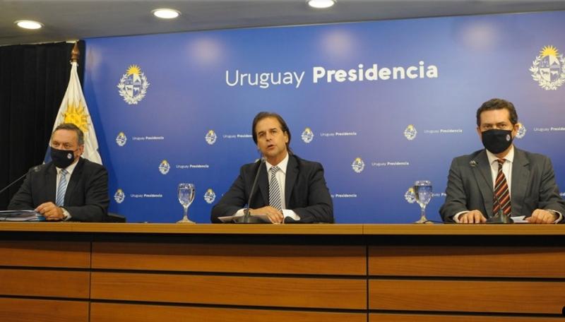 Presidente Luis Lacalle Pou (c) determinou novas medidas para controlar vírus em solo uruguaio