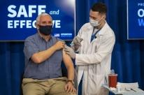 Vice-presidente dos EUA toma vacina da Covid-19 em evento exibido ao vivo pela TV