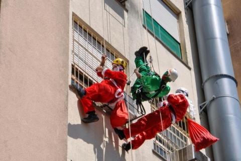 De rapel, Papais Noéis descem prédio do HMIPV para visitarem crianças na instituição