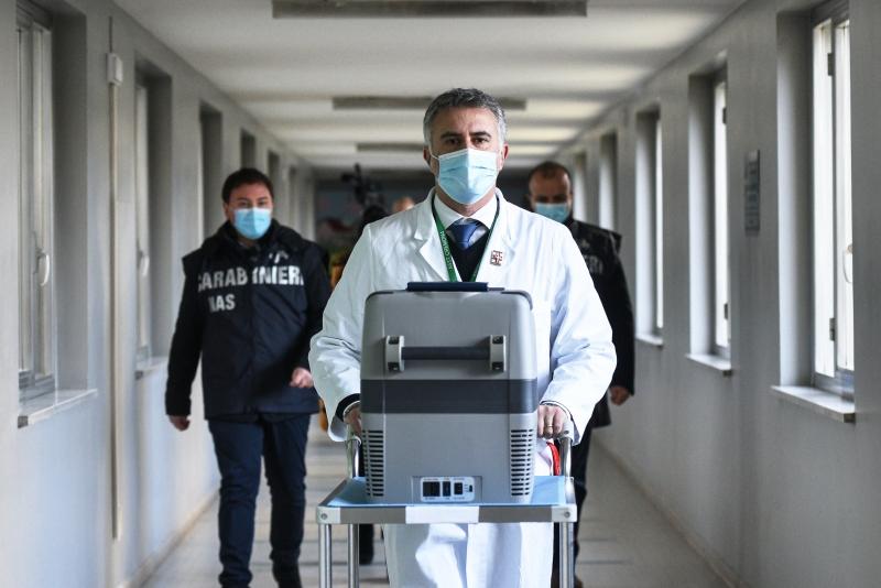Primeiras doses da vacina Pfizer/BioNTech chegaram durante o fim de semana aos países membros da UE, escoltadas pelas forças de segurança