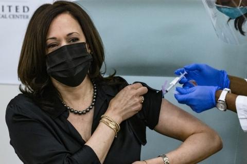 Kamala Harris, vice-presidente eleita dos EUA, toma vacina contra a Covid-19