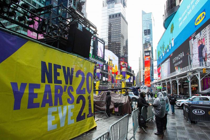Trabalhadores preparam o palco para a celebração da véspera de ano novo na Times Square