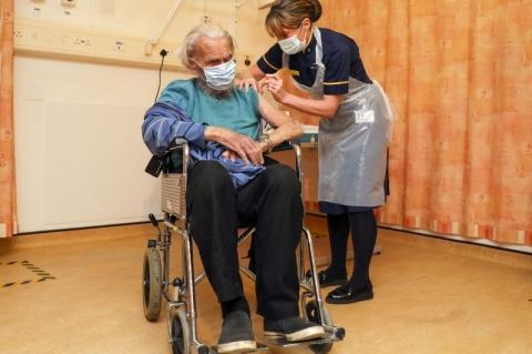 Reino Unido começa a aplicar vacina da Oxford/AstraZeneca