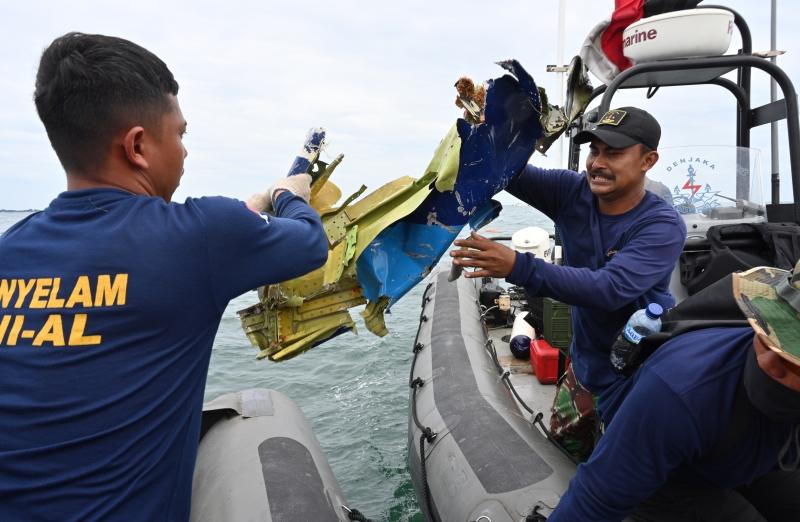 Mergulhadores encontraram partes de corpos, destroços da fuselagem da aeronave e roupas