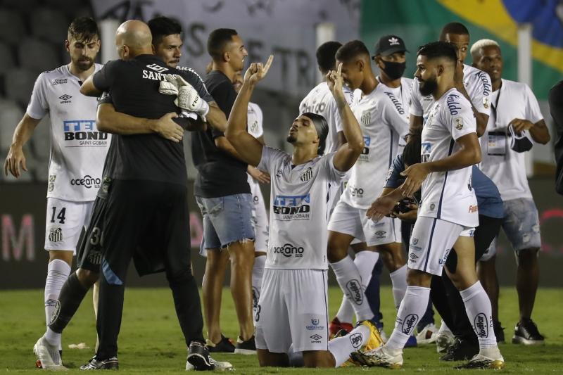 Time celebrou a vitória por 3 a 0, na Vila Belmiro, em cima dos argentinos
