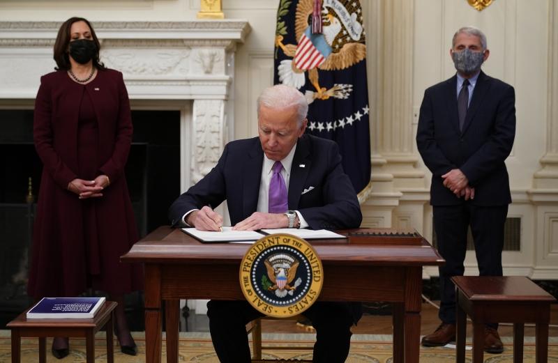 Presidente estava acompanhado de sua vice, Kamala Harris, e do médico Anthony Fauci, diretor do Instituto Nacional de Alergias e Doenças Infecciosas dos EUA