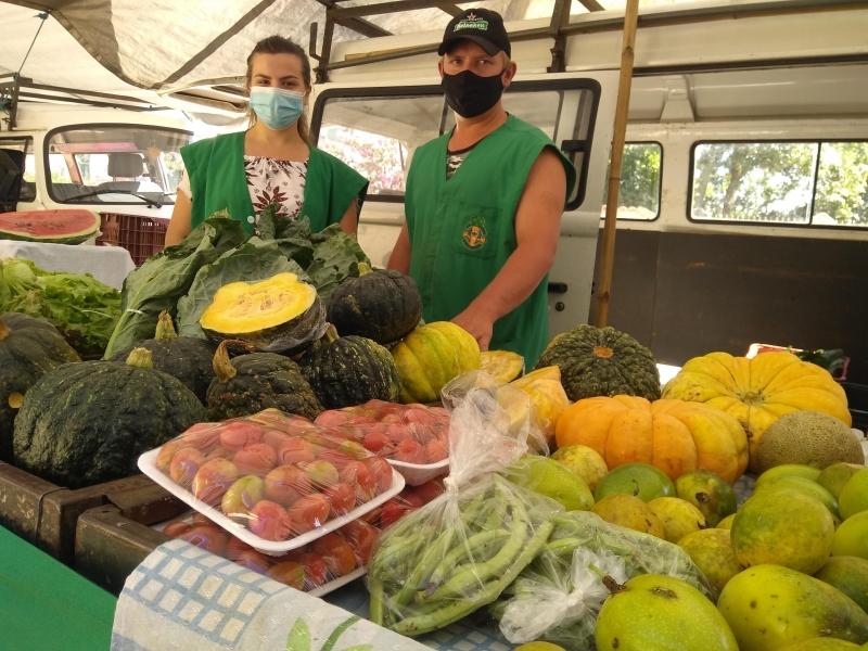 Aila e Stevan levam os produtos cultivados pela família Winck para a feira, tradição que herdaram do avô Sírio José, presença garantida sempre que possível