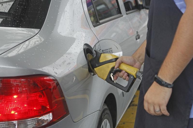 Gasolina foi um dos itens que mais puxaram indicador para cima
