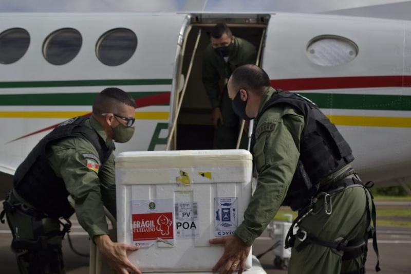Parte dos imunizantes foi embarcada no avião King Air do Batalhão de Aviação da BM