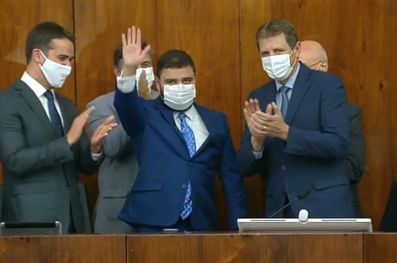 Gabriel Souza pediu silêncio ao discursar, em memória às vítimas da Covid-19 no Estado