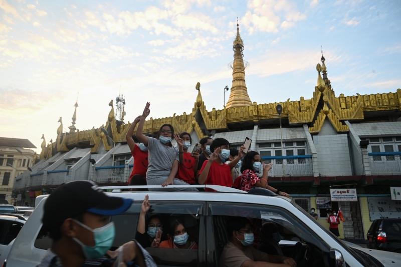 Manifestantes buscam reverter a tomada do poder pelos militares na segunda-feira (1º)