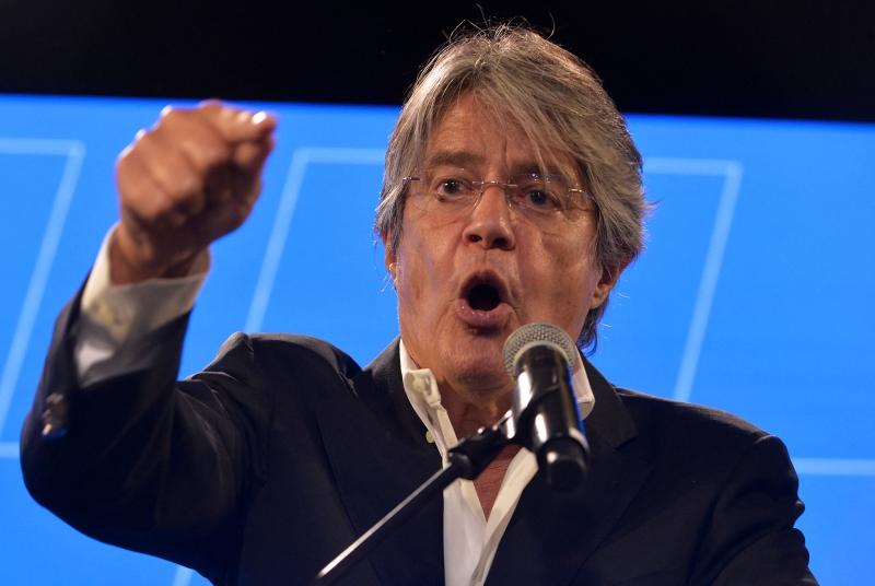 Banqueiro centro-direitista Guillermo Lasso é quem passará para o segundo turno das eleições presidenciais