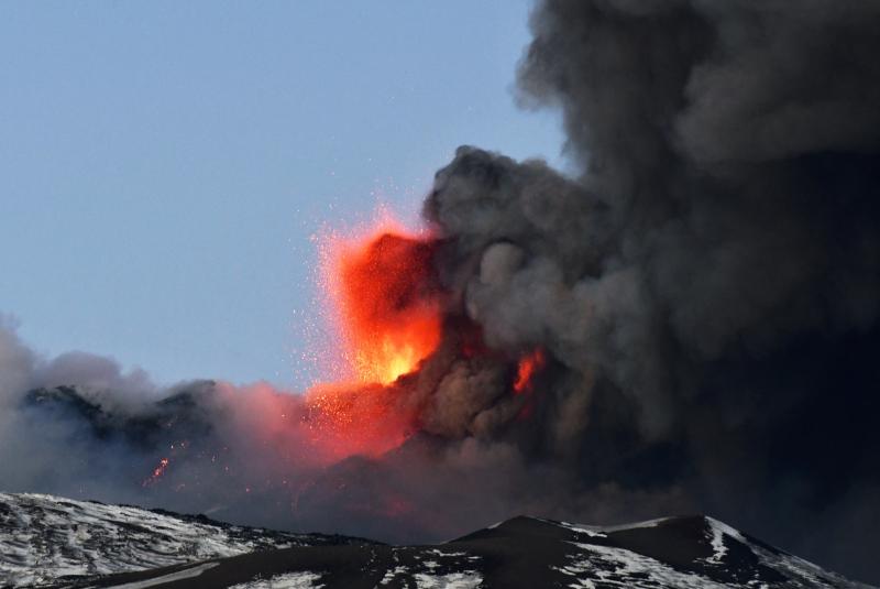 Jorros projetam lava a até 1.500 metros e produzem gigantescas nuvens de fumaça laranja