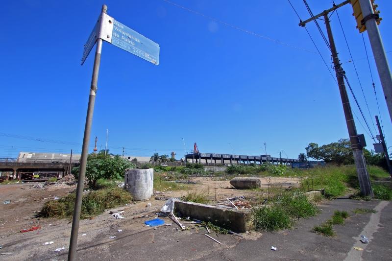 Terreno baldio localizado na esquina com a avenida São Pedro ficará sob responsabilidade dos Amigos do 4º Distrito até a duplicação sair do papel
