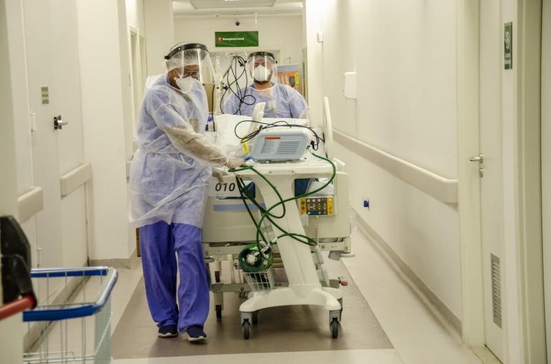 A superlotação de UTIs, como a Clínicas, se repete, o que eleva riscos de mais perda de vidas