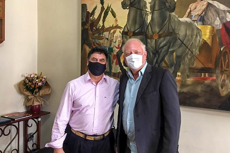 Cantor e compositor nativista com Gunter Axt, secretário de Cultura da Capital