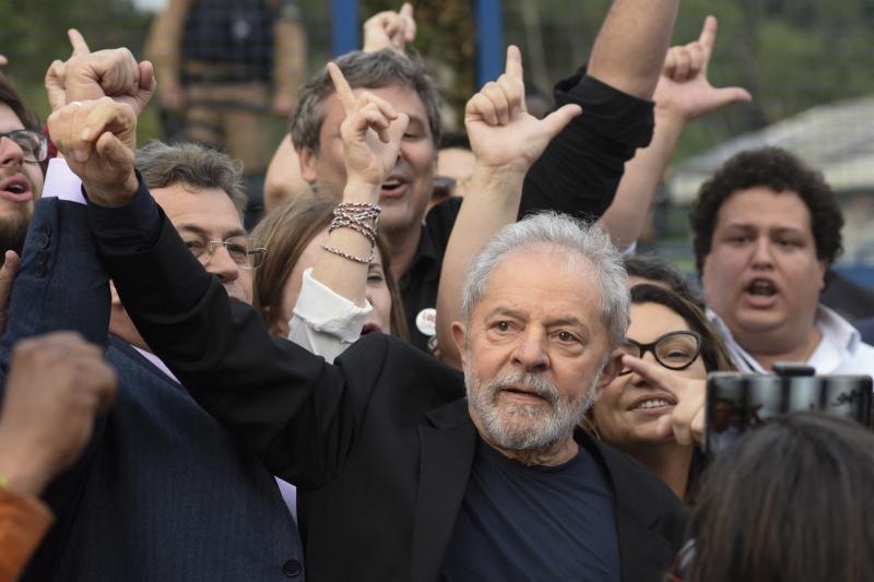 Com a decisão, Lula recupera os direitos políticos e volta a ser elegível; na imagem, petista com apoiadores em 2019