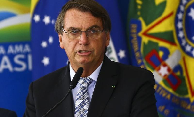Bolsonaro também atacou o ministro Luís Roberto Barroso por, segundo ele, fazer articulações dentro do Congresso contra a aprovação da emenda do voto impresso