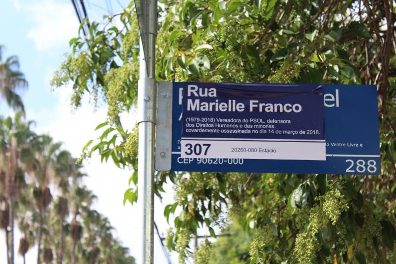 Adesivos foram colados em placas de rua, em homenagem à memória de Marielle Franco