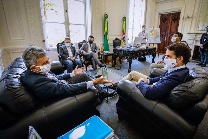Decreto do prefeito Sebastião Melo (e) contraria decisão em vigor determinada por Eduardo Leite (d)