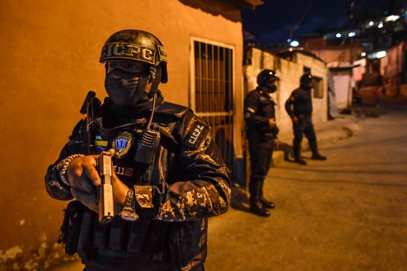 Caracas amanheceu nesta segunda-feira com mais presença policial, e postos de controle foram instalados em avenidas e rodovias para restringir a passagem