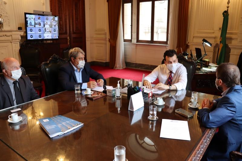 Gestores de Gramado estiveram em reunião presencial com o chefe da Casa Civil, Artur Lemos Jr (c)