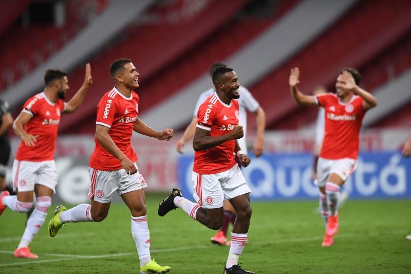 Edenilson saiu do banco de reservas e marcou o primeiro gol da vitória colorada por 2 a 0, no Beira-Rio