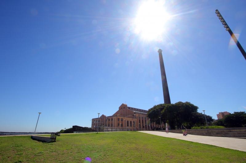 Usina do Gasômetro (ao fundo) é uma das obras arquitetônicas mais conhecidas do município