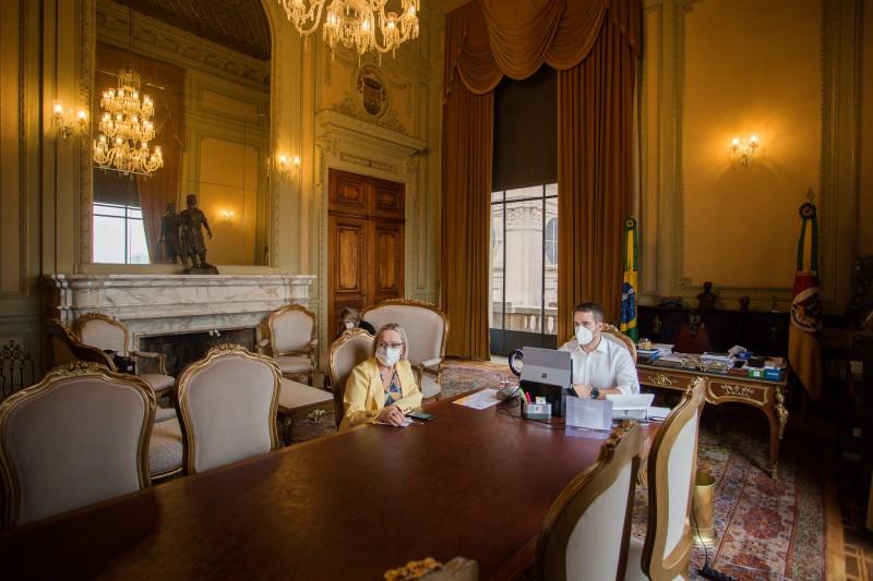 Secretária da Saúde, Arita Bergmann, e governador Eduardo Leite participaram da reunião do Gabinete de Crise que avaliou pedidos para reduzir os níveis de restrição