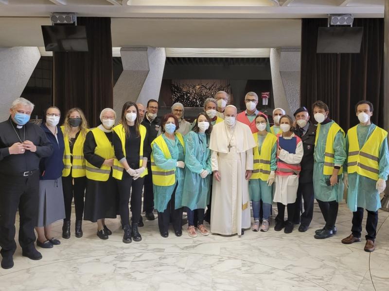 Papa visitou voluntários durante campanha de vacinação organizada no átrio da Sala Paulo VI