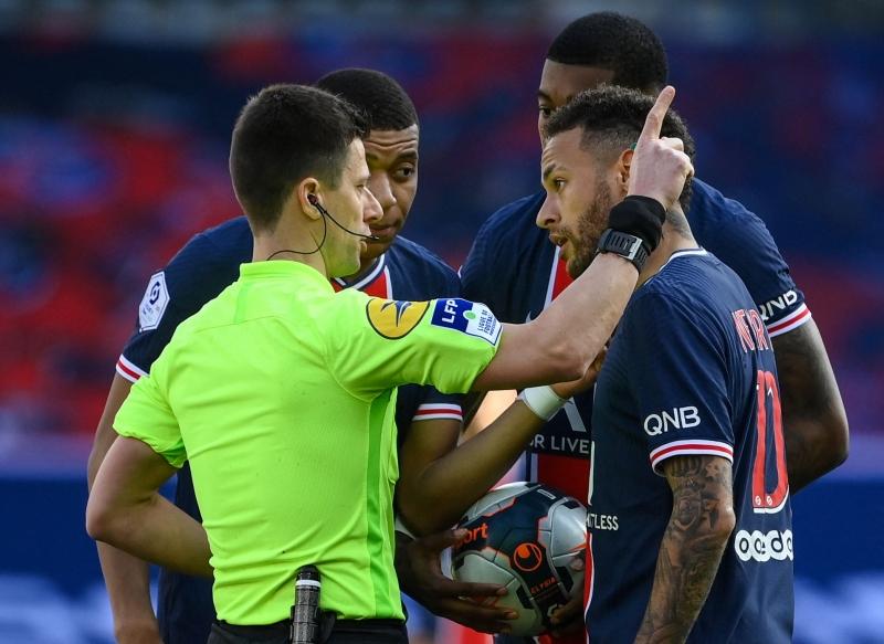 Após expulsão, Neymar e o português Djaló se desentenderam no túnel de acesso aos vestiários