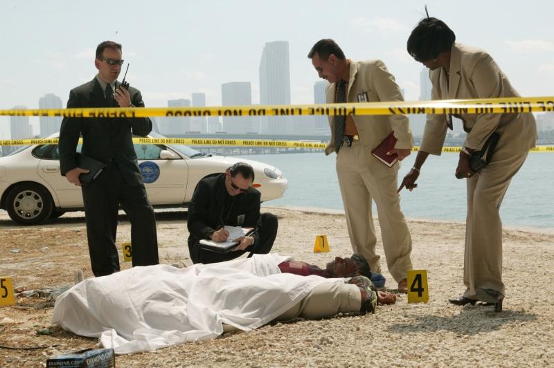 Produção acompanha o trabalho de agentes e técnicos forenses para coletar evidências de crimes