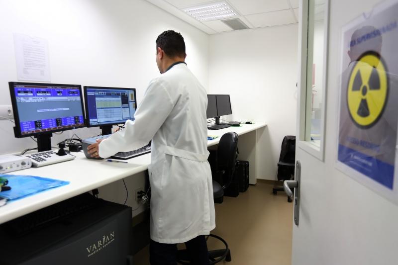 Especialistas alertam para a importância de continuar os tratamentos, como radioterapia e quimioterapia