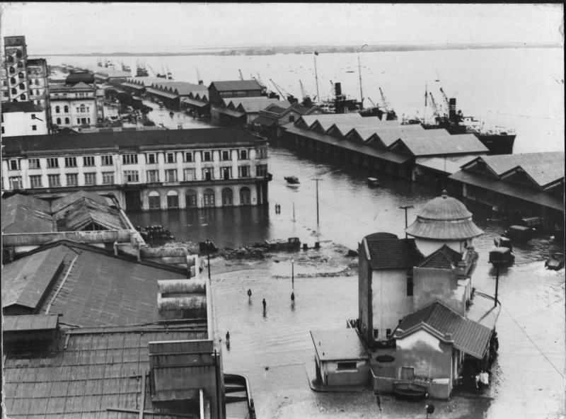 Armazéns do Cais do Porto e área junto ao Guaíba, no Centro, ficaram alagadas em maio de 1941