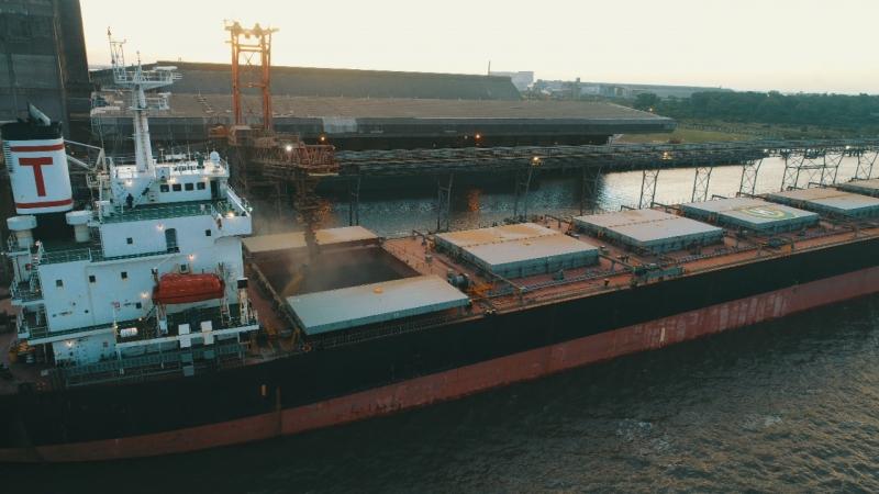 Última parada da soja gaúcha escoada pelas estradas acontece no embarque no porto de Rio Grande