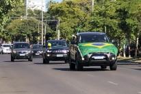 No trajeto pelas ruas da Capital, alguns carros estavam cobertos com a bandeira do Brasil