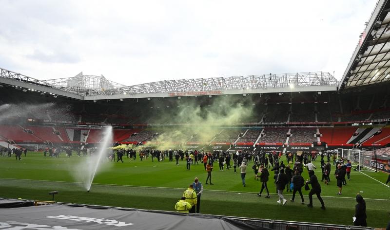 Torcedores exibiam faixas pedindo a saída da família Glazer do comando da equipe de Manchester