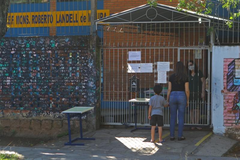 Na Escola Landel de Moura, no bairro Tristeza, os pais foram informados que não havia condições de receber os estudantes