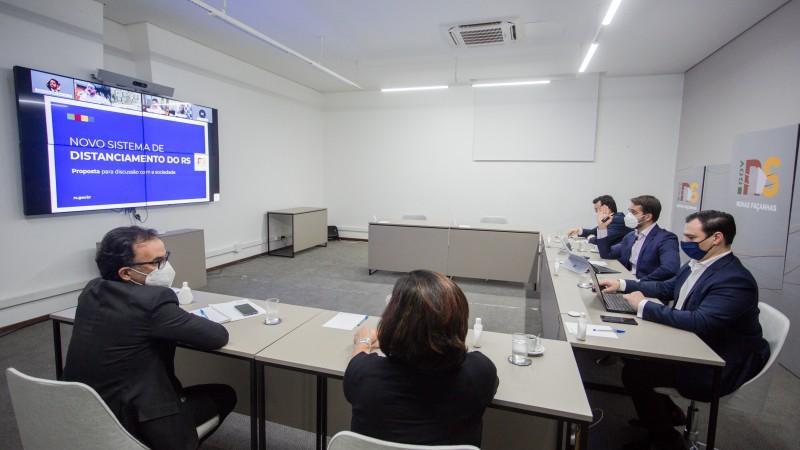 Eduardo Leite (c) e secretários apresentaram esboço do novo sistema a prefeitos e deputados
