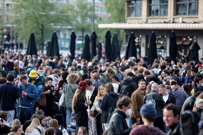 Na praça Flagey, a polícia dispersou com jatos d'água cerca de 1.000 pessoas que se reuniam numa festa de rua