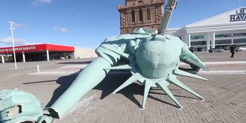 A estátua caiu no início da manhã sobre um poste de energia, afetando o fornecimento de luz