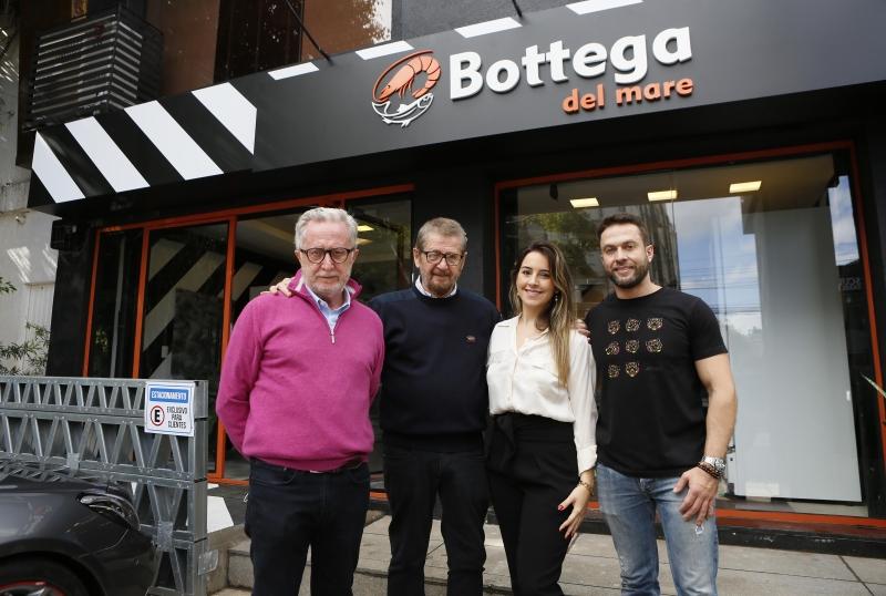 MUITO PRAZER - Carlo Bichieri com seus filhos e o irmão Marco (à esquerda na foto) - loja Bottega del Mare.