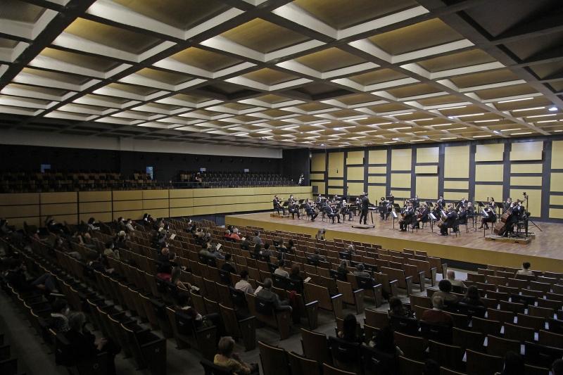 Devido a protocolos, plateia ficou restrita a 150 lugares e metade dos músicos participou
