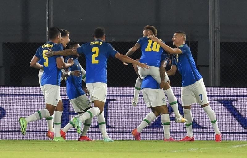 Neymar comemora com os companheiros o primeiro gol da vitória brasileira sobre os paraguaios