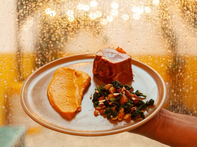 Prato Dia dos Namorados Atum selado com crosta de ramon, purê de moranga cabotiá e espinafres salteados com amêndoas, no Bar de Gràcia