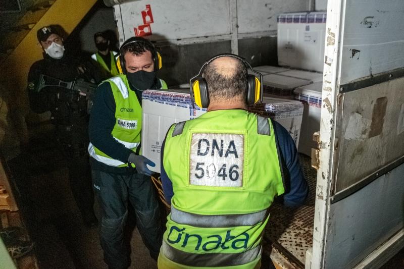Carga de 219.500 doses da vacina de Oxford/Astrazeneca desembarcou na noite desta quarta