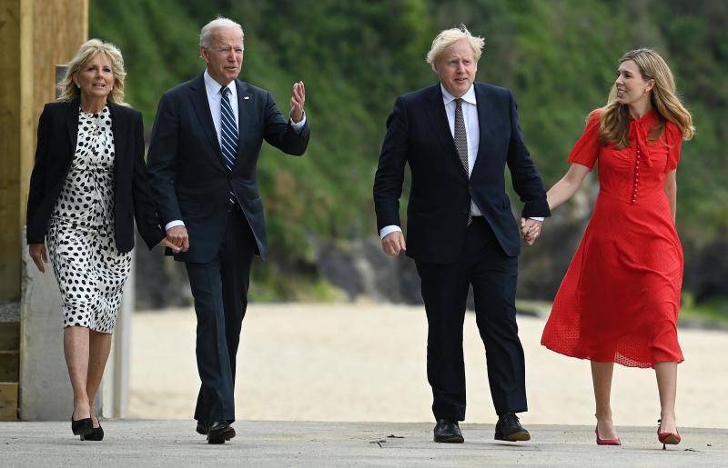 Johnson (d) e Biden (e) se encontraram pela primeira vez