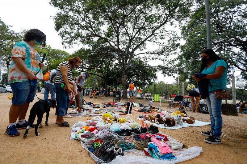 O evento oferece objetos de decoração, roupas, sapatos e artigos pet usados