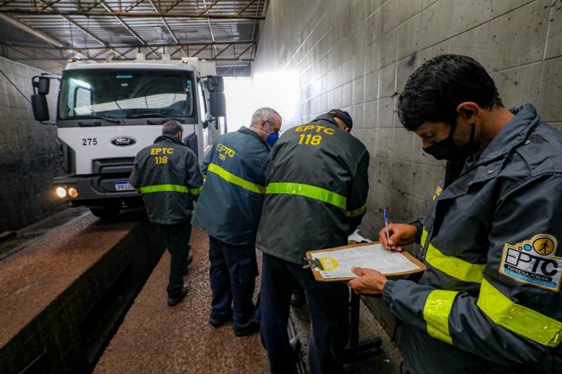 O procedimento da equipe da EPTC é necessário para que os caminhões possam circular