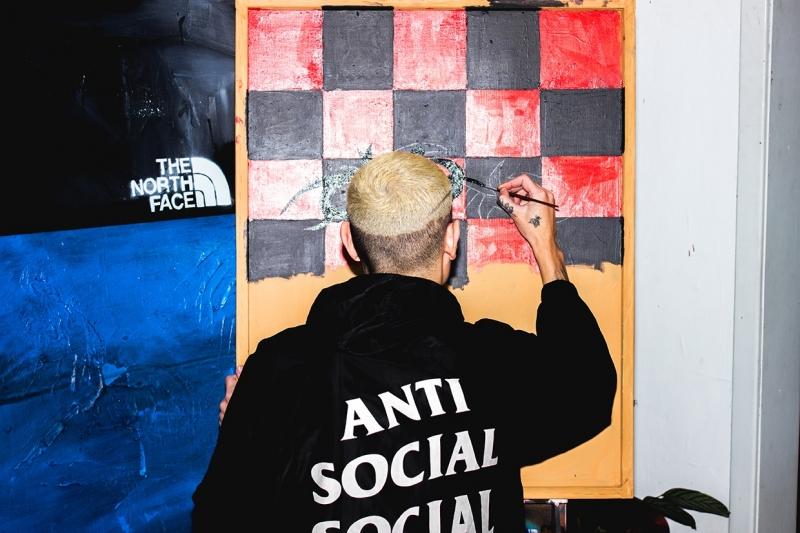 Processo criativo dos artistas em seu atelier para a confecção das obras